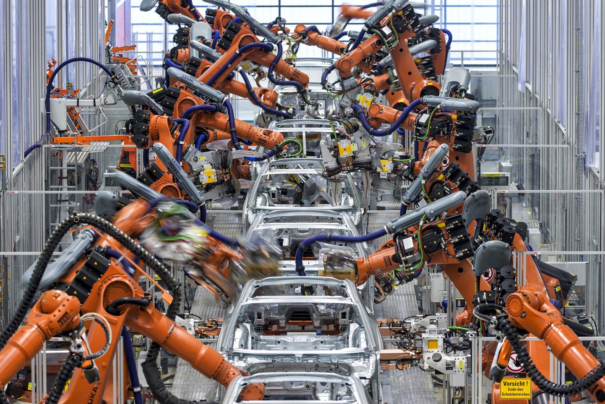 Karosseriefertigung im Audi-Werk in Ingolstadt: Jetzt ist auch Audi in den Skandal um manipulierte Dieselmotoren verwickelt. Der bei Audi entwickelte 3-l-Turbodiesel, der die Modelle Audi Q7 und A8, VWTouareg und Porsche Cayenne antreibt, verfügt über eine Manipulationssoftware.
