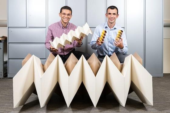"""Georgia-Tech-Professor Glaucio Paulino (li.) und Forscher Evgueni Filipov von der Universität von Illinios entwickelten dasDesign""""origami zippered tube"""". Dadurch werden Strukturen sehr viel stärker und rigider als bei einem einzelnen Stück Papier, sind aber zugleich für den Transport oder die Lagerung flach faltbar. Die Wissenschaftler kooperieren mit Professor Tomohiro Tachi aus Tokio."""