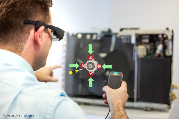 Virtuelle Inhalte, eingeblendet ins Gesichtsfeld einer Datenbrille von Epson mit Metaio-Software: Solche virtuellen Inhalte lassen sich nun über eine Datenbrille ins Arbeitsfeld eines Ingenieurs einfügen.