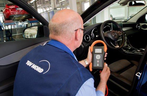 Auslesen von Fahrzeugdaten mit einem HU-Adapter durch den TÜV Nord: Die Prüforganisation kritisiert, dass der Gesetzgeber verboten hat, die Motorsteuerung von Autos zu prüfen. Dadurch seien die jetzt aufgedeckten Manipulationen über Jahre hinweg unentdeckt geblieben.