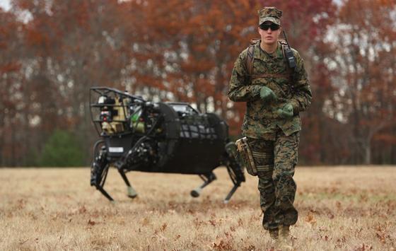 Bei Fuß: Die US-Marines kümmern sich auch um Hunde. Roboter-Hunde. Entwickelt werden dieses von der Google-Tochter Boston Dynamics.
