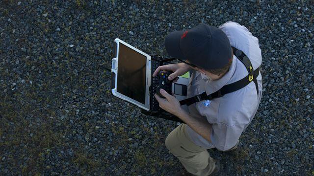 Roboter-Hund Spot hört auf Radiosignale, die von einem Laptop und einem Steuerungsgerät kommen, ähnlich wie bei einer Spielkonsole.