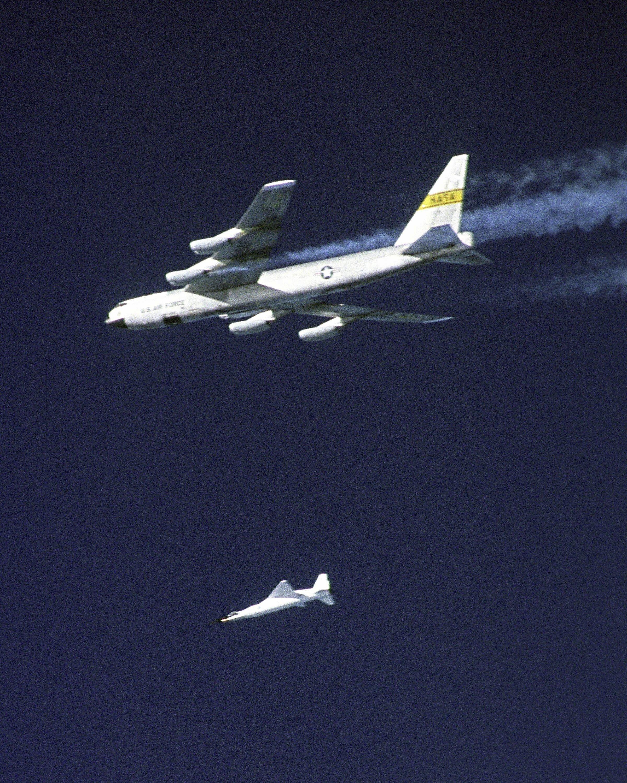 2004 stellte die Nasa mit dem unbemannten Überschallflugzeug X-43A einen Geschwindigkeitsrekord auf: Das Flugzeuge erreichte in 33 km Höhe eine Geschwindigkeit von 9,8 Mach, rund 11.000 km/h. Im Bild der Moment, nachdem sich die X-43A von der B-52 gelöst hat, um auf 33 km Höhe aufzusteigen.