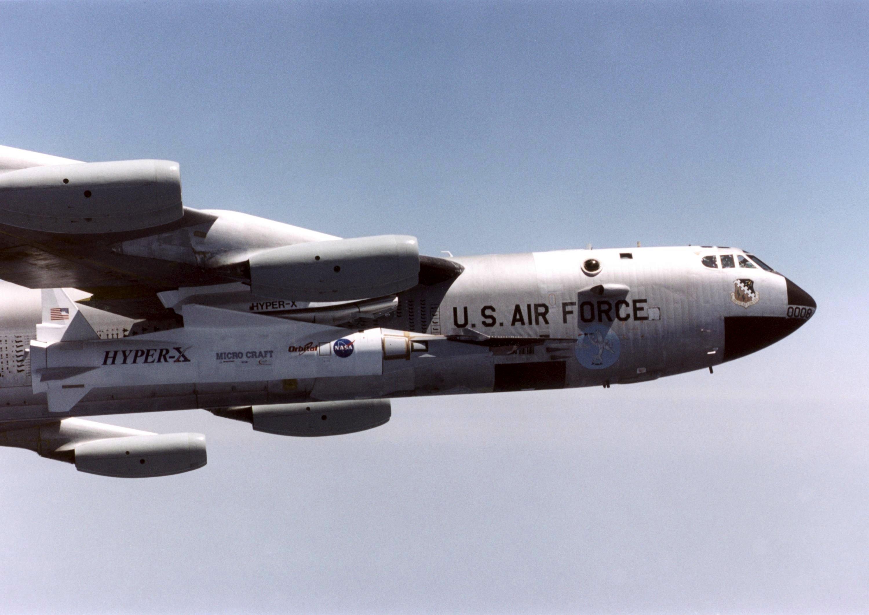 Eine B-52 im Flug mit einem unbemannten Nasa_Fluggerät X-43A am 28. April 2001.
