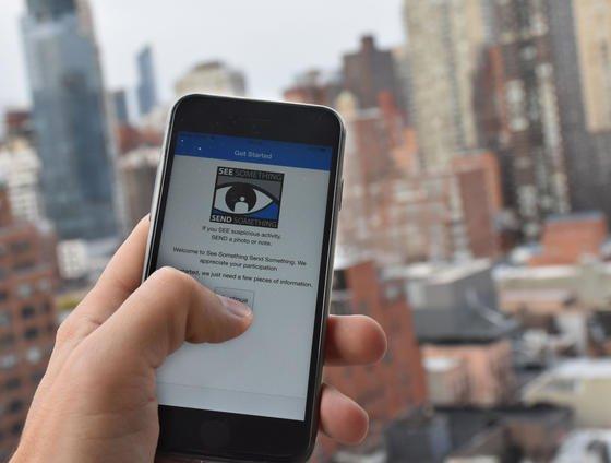 """Mit der neuen App """"See something, say something"""" sollen New Yorker schnell kurze Texte und Fotos an die Polizei übermitteln können, wenn ihnen etwas Verdächtiges auffällt. Gouverneur Andrew Cuomo will so die New Yorker wachsam gegenüber Terrorgefahr machen."""