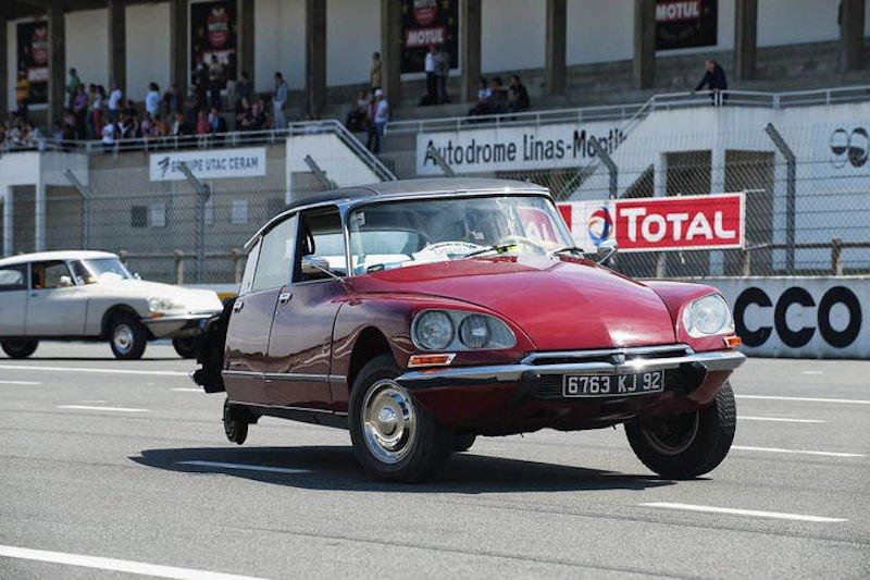 Die Hydropneumatik der Citroën-Ikone DS hat schon Leben gerettet: 1962 konnte der französische Präsident während eines Attentats mit zerschossenem Hinterreifen fliehen.