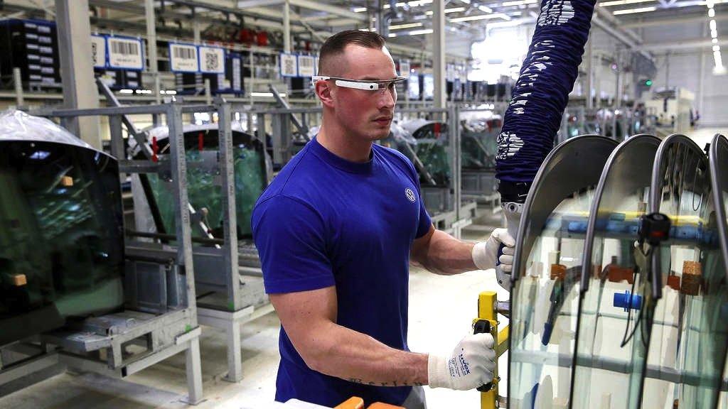 VW-Mitarbeiter mit Datenbrille: Die Brille wurde von 30 Mitarbeitern während der vergangenen drei Monate in der Logistik erprobt und nun dauerhaft eingesetzt. Die Brille blendet zum Beispiel die Teilenummern ins Blickfeld ein.
