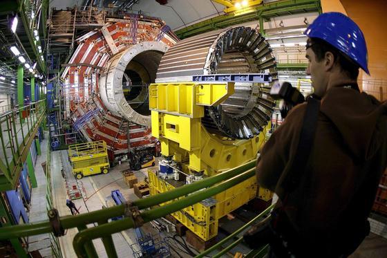 Der LHC-Teilchenbeschleuniger in Genf: Nach zweijähriger Modernisierung können im 27 km langen Ring Teilchen mit Rekordenergie aufeinanderprallen.