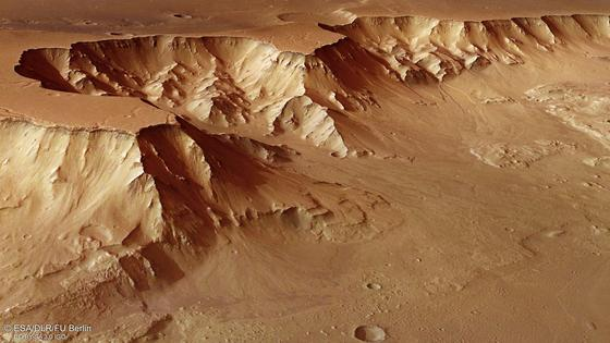 Das Foto zeigt einen Ausschnitt der Marsoberfläche, den westlichen Ausläufer von Aurorae Chaos. Auf dem Roten Planeten herrschen lebensfeindliche Bedingungen. In seiner Planeten- und Weltraumsimulationsanlage untersucht das DLR aktuell, wie Organismen, die an einen bestimmten Stressfaktor angepasst sind, auf den Einfluss weiterer auf dem Mars auftretender Stressfaktoren reagieren.