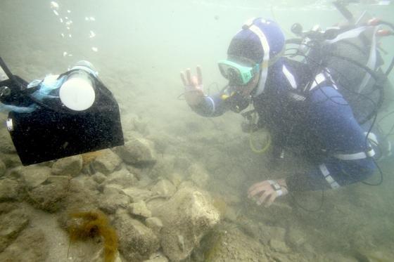 Der Tauchroboter Artu kann unter Wasser durch Gesten des Tauchers gesteuert machen. Auch die Aufnahme eines Fotos kann man per Handzeichen steuern.