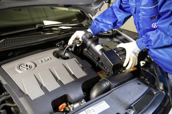 Ein Strömungsgleichrichter – ein Kunststoffrohr mit Gitter – soll die Abgasprobleme bei VW lösen. Der Einbau soll weniger als eine Stunde dauern.