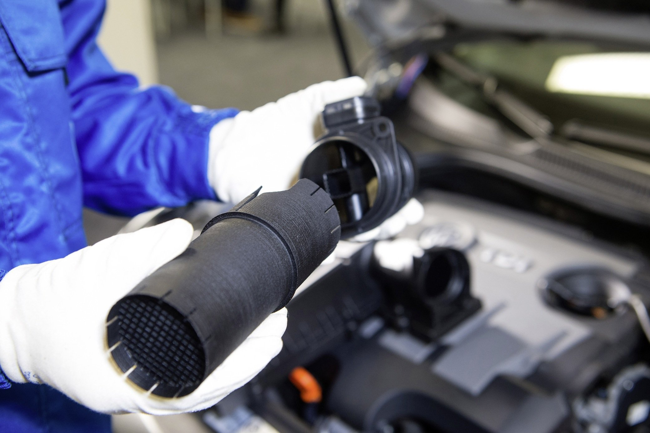 Das Kunststoffrohr, das die Emissionsprobleme von VW lösen soll, ist ein Pfennigsartikel. Man fragt sich, warum VW überhaupt versucht hat, die Abgaswerte per Software zu manipulieren, wenn die Lösung so einfach sein soll.