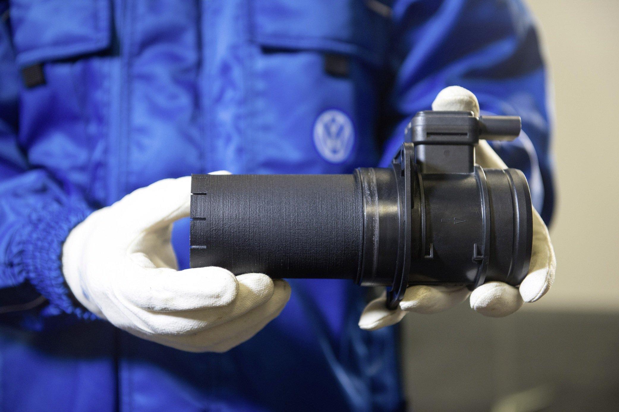 Bei den 1.6 TDI Motoren soll dieses kleine Plastikrohr dafür sorgen, dass die einströmende Luft vor dem so genannten Luftmassenmesser beruhigt wird. Das soll letztendlich den Schadstoffausstoß reduzieren.