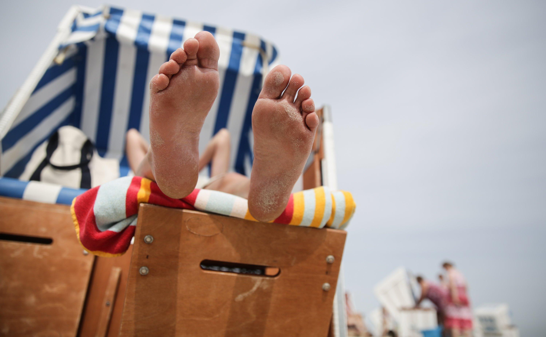 Füße hoch legen und Sonne tanken: Dafür muss nicht gleich der ganze Jahresurlaub eingesetzt werden. Mit Brückentagen lassen sich 2016 einige verlängerte Wochenenden realisieren.