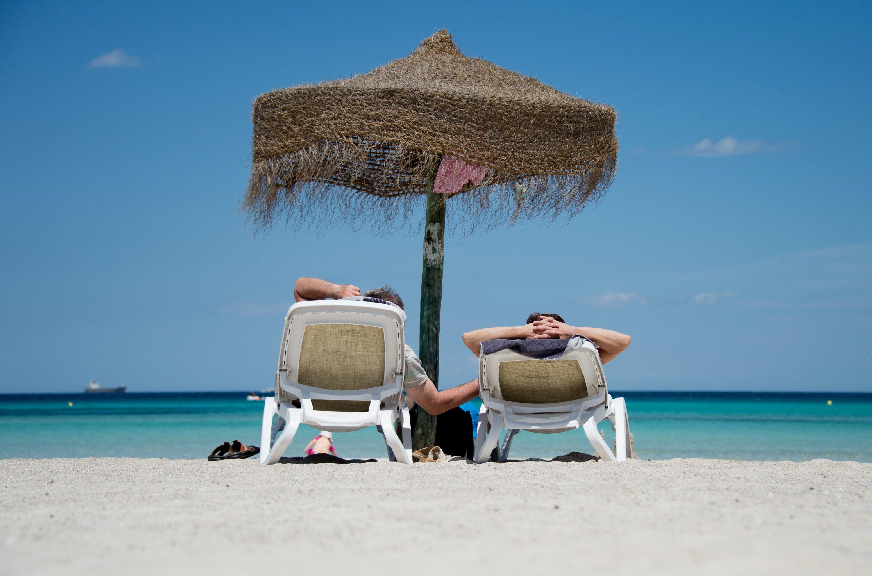Urlaub: Am Strand relaxen und gut erholt wieder in die Arbeitswelt zurückkehren.