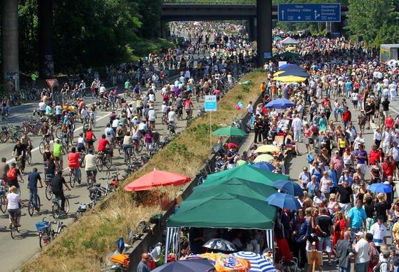 Drei Millionen Menschen feierten am 18. Juli 2010 anlässlich der Kulturhauptstadt Ruhr auf dem autofreien Ruhrschnellweg, der A40 quer durch das Ruhrgebiet. Damals wurde die Idee geboren, auch einen durchgehenden Radschnellweg quer durch das Revier zu bauen. Die ersten 11 km sind jetzt in Betrieb.