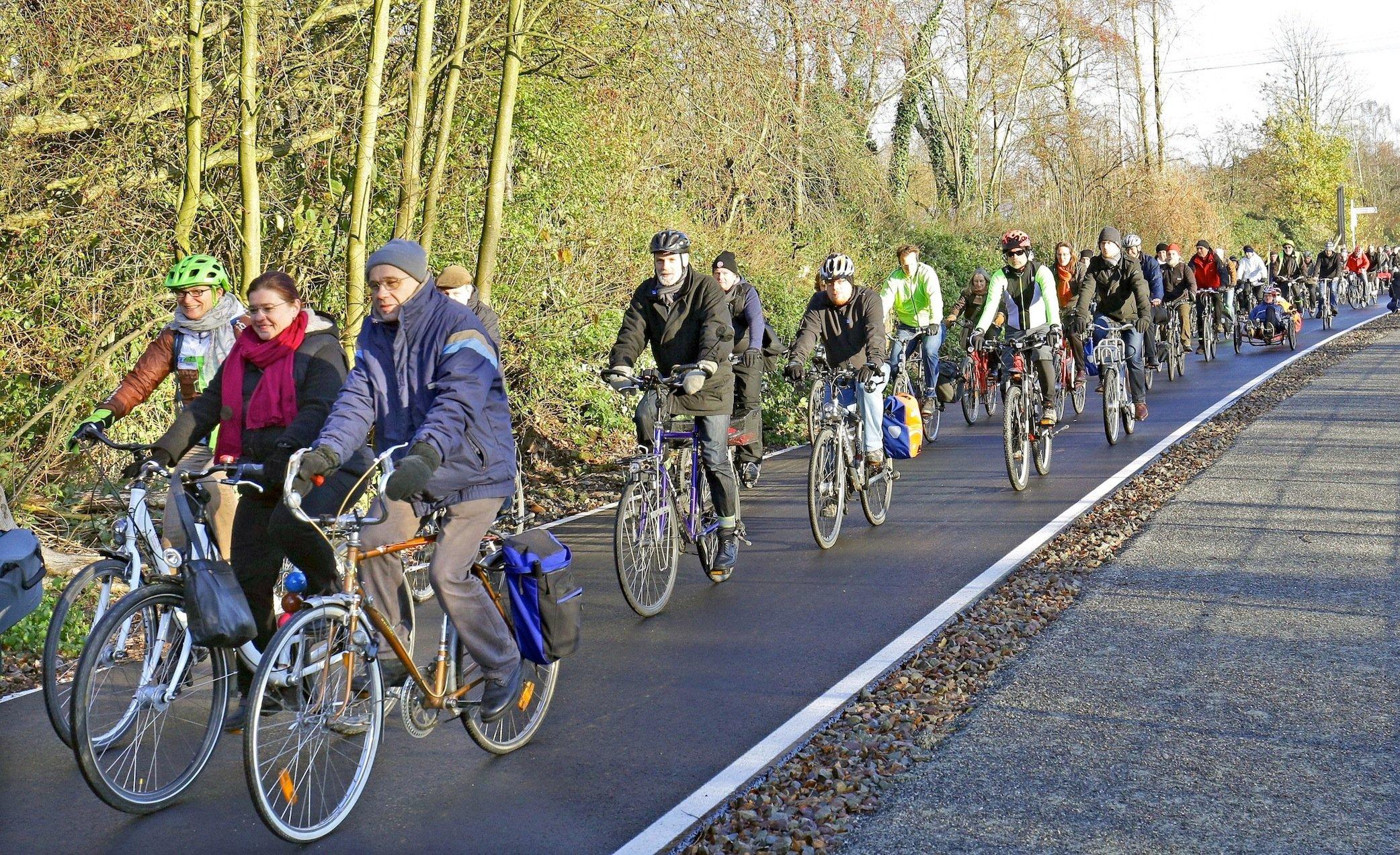Sechs Meter breit ist der Radschnellweg Ruhr. In beiden Richtungen können jeweils zwei Radfahrer nebeneinander fahren. Die Strecke ist kreuzungsfrei, ohne Ampeln, verfügt über einen besonders glatten Asphalt und ist weitgehend steigungsfrei.