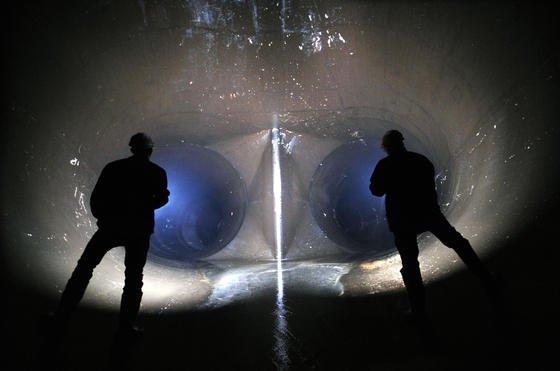 Zwei Ingenieure stehen rund 500 Meter unter der Erde vor einem Unterwasserverteilerstollen des Pumpspeicherwerks Goldisthal Thüringen: Ingenieure in Ostdeutschland verdienen weiterhin deutlich weniger als die Kollegen im Westen.