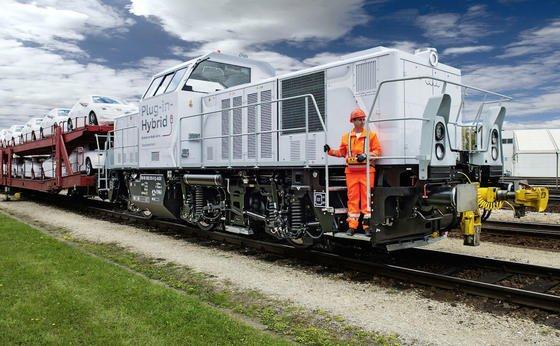Die neue Plug-in-Hybrid-Lokomotive transportiert Komponenten und fertige Audi-Modelle im Werk Ingolstadt.