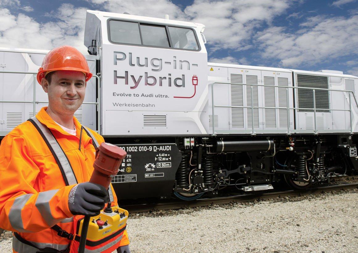 Die neue Rangierlokomotive absolviert bis zu 75 Fahrten am Tag auf dem Audi-Werksgelände.