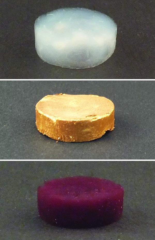 Größe und Form der Goldpartikel beeinflussen die Farbe des Goldes: Im Bild ein Schaum aus Proteinfäden ohne Gold (oben), mit Gold-Mikropartikeln (Mitte) und Gold-Nanopartikeln (unten).