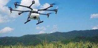 Bauer der Zukunft lässt seine Felder von Drohnen düngen