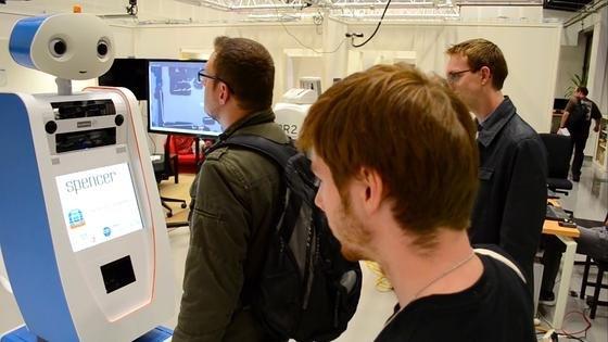 Der Roboter Spencer soll Fluggäste, die sich im Gewirr auf Flughäfen schlecht zurecht finden, sicher zum Gate bringen. Derzeit wird das Gerät auf dem Amsterdamer Flughafen Schiphol getestet.