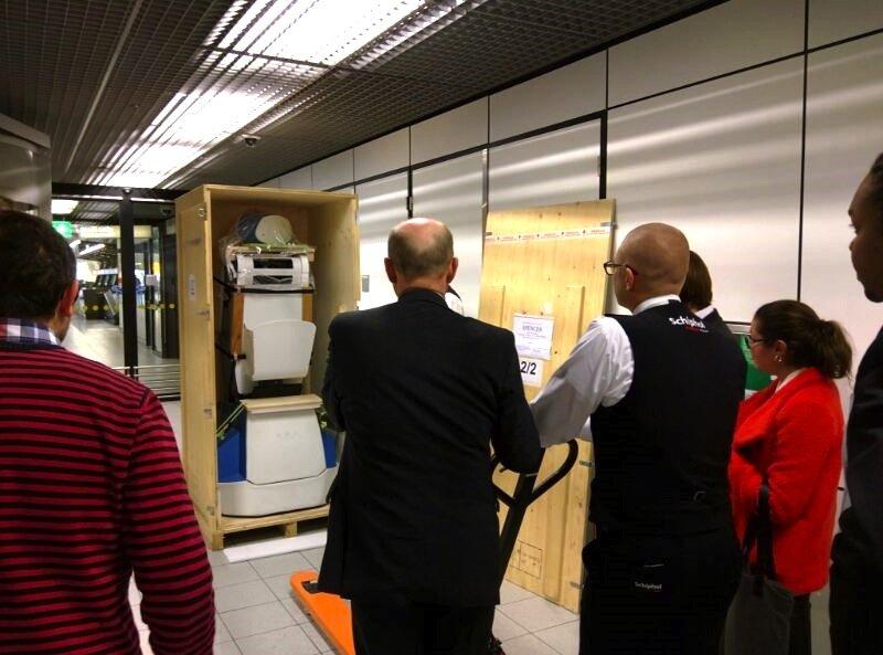 Roboter Spencer wird auf dem Flughafen Schiphol ausgepackt: Fünf Tage lang wird der Roboter auf dem Flughafen getestet. Kommt er mit den vielen Passanten zurecht? Kann er sich wirklich richtig orientieren?