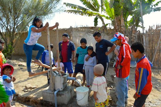 """Mit einer einfachen Pedalpumpe lässt sich in Peru sauberes Wasser fördern. Der Förderkreis """"Leben braucht Wasser"""" aus Seckach engagiert sich in Lambayeque im Nordwesten Perus."""