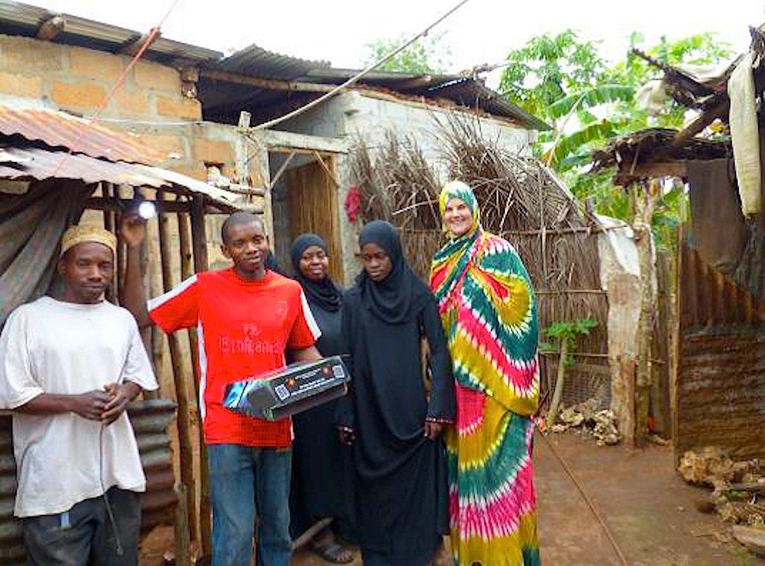 Die Deutsch-Tansanische Partnerschaft installiert auf Sansibar kleine Solaranlagen zur privaten Stromversorgung. Die Haushalte müssen die kleinen Anlagen bezahlen.