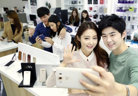 Sogar Selfies werden dank der drei verschiedenen Kameras beim LG V10 variabel: Die Hauptkamera zeichnet das Bild mit einer Auflösung von 16 Megapixeln auf. Die beiden anderen Kameras bieten die Wahl zwischen 80 Grad Bildwinkel und 120 Grad Weitwinkel. Videos werden in4k-Auflösung aufgezeichnet.