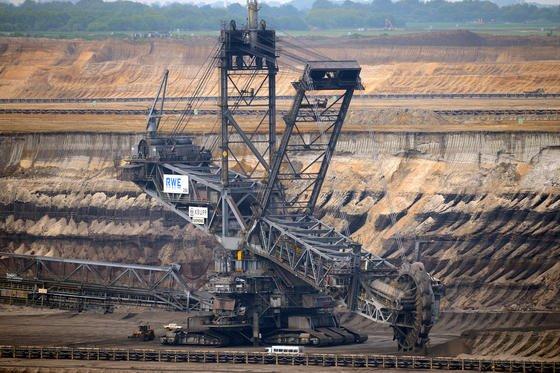 Braunkohlebagger des RWE im Tagebau Garzweiler: Kohle und Atomkraft bleiben auch nach dem Umbau des Unternehmens unter dem Dach des RWE-Konzerns.