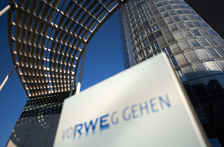 RWE-Zentrale in Essen:Der Konzern will die Sparten Erneuerbare Energien, Netze und Vertrieb in eine eigene neue Tochtergesellschaft auslagern und davon 10 % an die Börse bringen