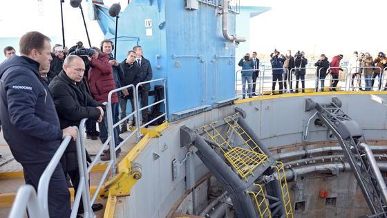 Der russische Präsident Wladimir Putin zu Besuch auf der Baustelle des neuen Weltraumbahnhofs Wostotschny. Einige Experten bezweifeln, dass der Eröffnungstermin zu halten ist.