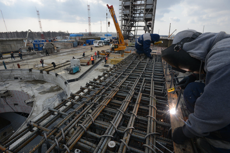 Bau des neuen Kosmodroms: Es gibt eine 1600 t schwere Raketenstartrampe und eine riesige Infrastruktur mit 115 km Straßen und 125 km Schienen.