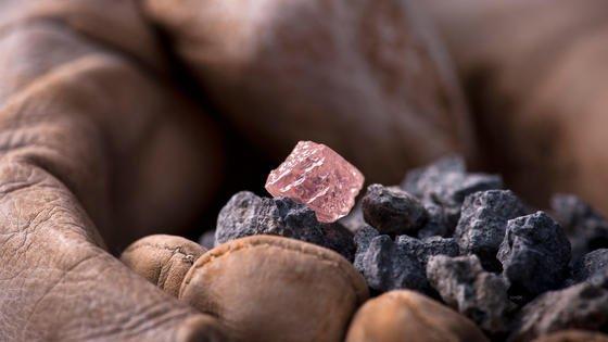 """Forscher der North Carolina State University haben zwarkeinen großen pinkfarbenen Diamant gefunden, wie er hier auf dem Bild zu sehen ist. Aber auch etwas für die Wissenschaft sehr Wertvolles: eine neue Form festen Kohlenstoffs. Bekannt waren bisher Graphit und Diamant. Das neue Material nennen die Forscher """"Q""""."""