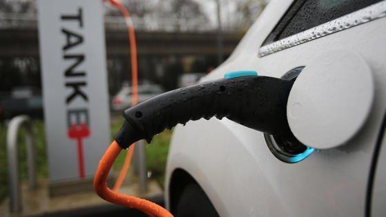 Vielleicht müssen Elektroautos künftig weniger oft Strom tanken, wenn sich die neue Batteriezelle der Fraunhofer-Ingenieure durchsetzt.