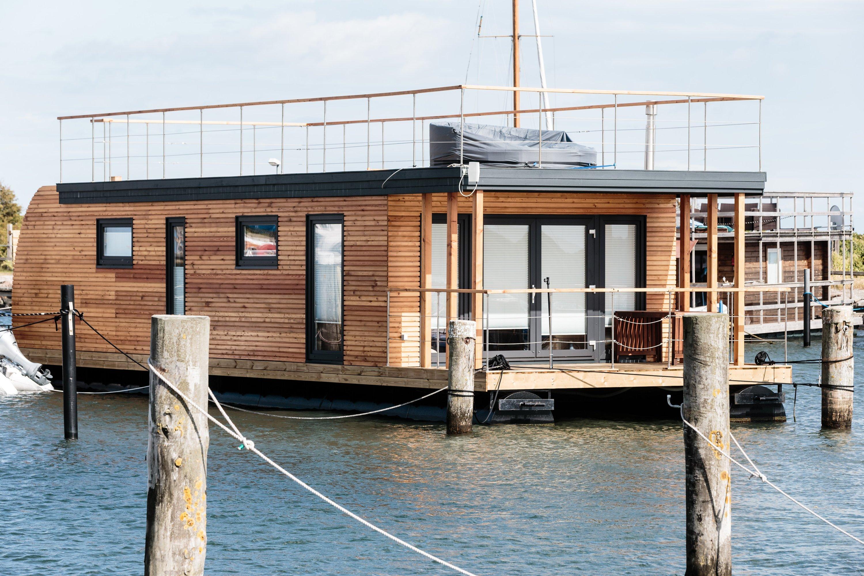 so versorgt sich dieses hausboot selbst mit strom und wasser. Black Bedroom Furniture Sets. Home Design Ideas