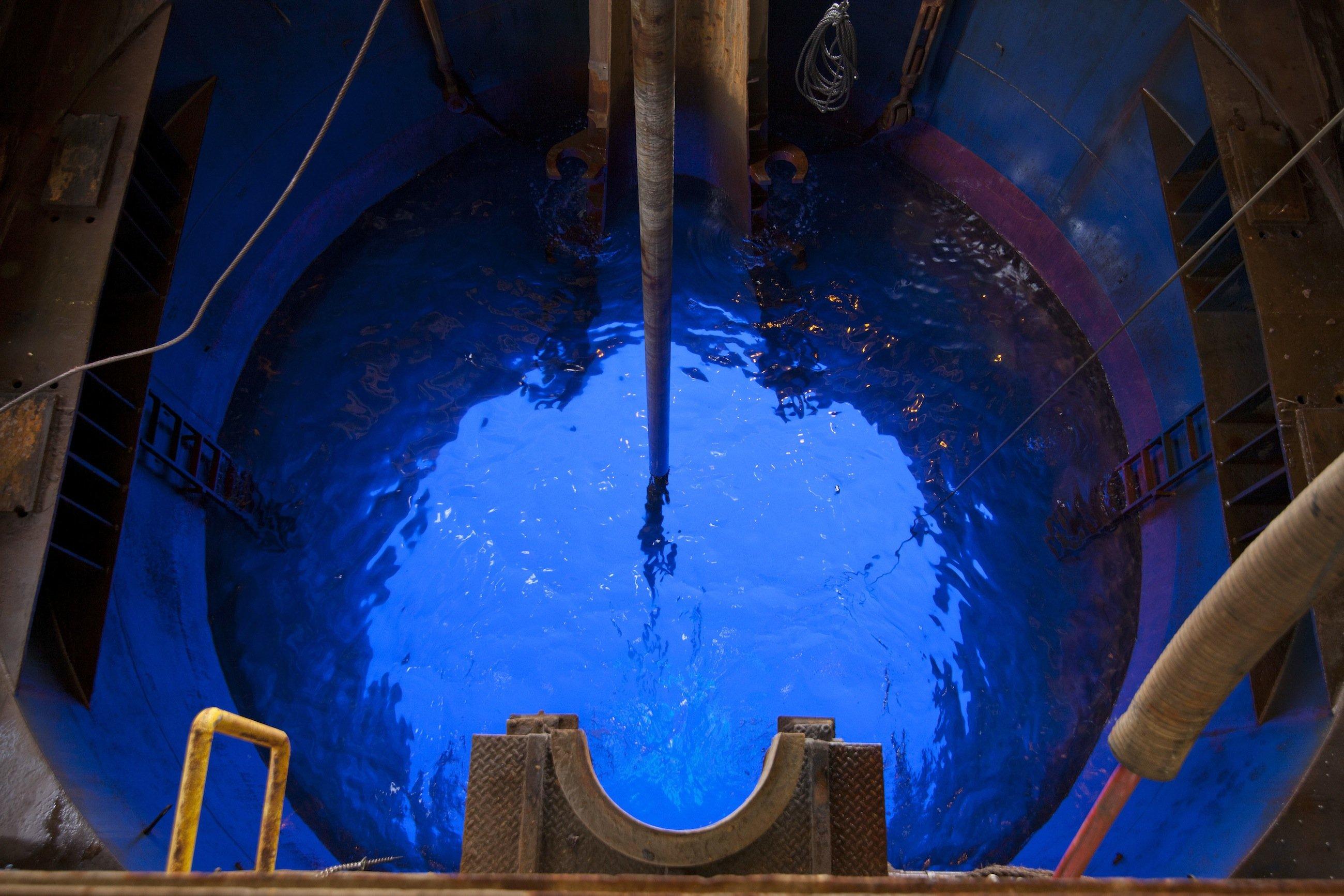 Blick vom Bohrturm durch den Schiffsboden ins Wasser: Der Grund liegt 700 m tief. In der ersten Bohrphase wollen die Forscher 1,5 km tief bohren.