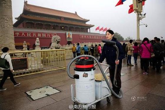 Nut Brother zog 100 Tage mit seinem Industriesauger durch Peking, um Partikel aufzufangen. Sogar Partikel vom Platz des Himmlischen Friedens hat Nut aufgefangen und zu einem Kunstobjekt verarbeitet.