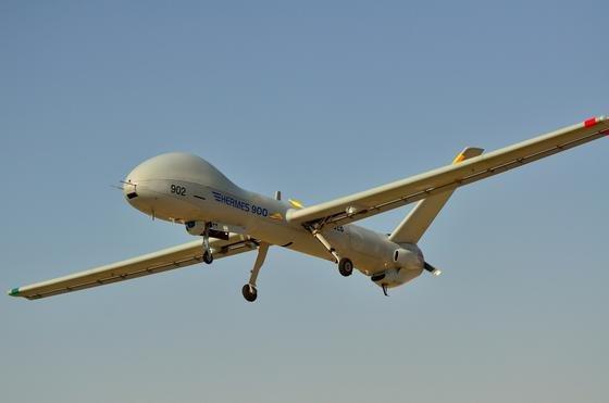 Drohnen spielen für die Luftwaffen von immer mehr Ländern eine zunehmend wichtigere Rolle. Dabei geht es keineswegs nur noch um Aufklärungsaufgaben. Längst fliegen auch bewaffnete Drohnen. Neu sind nun immer stärker auf die elektronische Störung gegnerischer Systeme und Rechner ausgelegte Nutzlasten für Drohnen. Ein Musterbeispiel dafür ist die israelische Drohne Hermes 900.