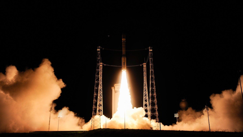 Start der Vega-Trägerrakete vom europäischen Weltraumbahnhof Kourou (Französisch-Guyana).