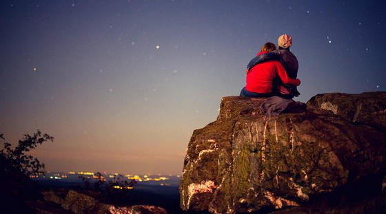 """In die Sterne gucken: Das ist nicht nur etwas für Romantiker. Denn die Sterne berichten uns auch über die Lichtveschmutzung auf der Erde. Mit der kostenlosen App """"Verlust der Nacht"""" lassen sich die Ergebnisse dokumentieren."""