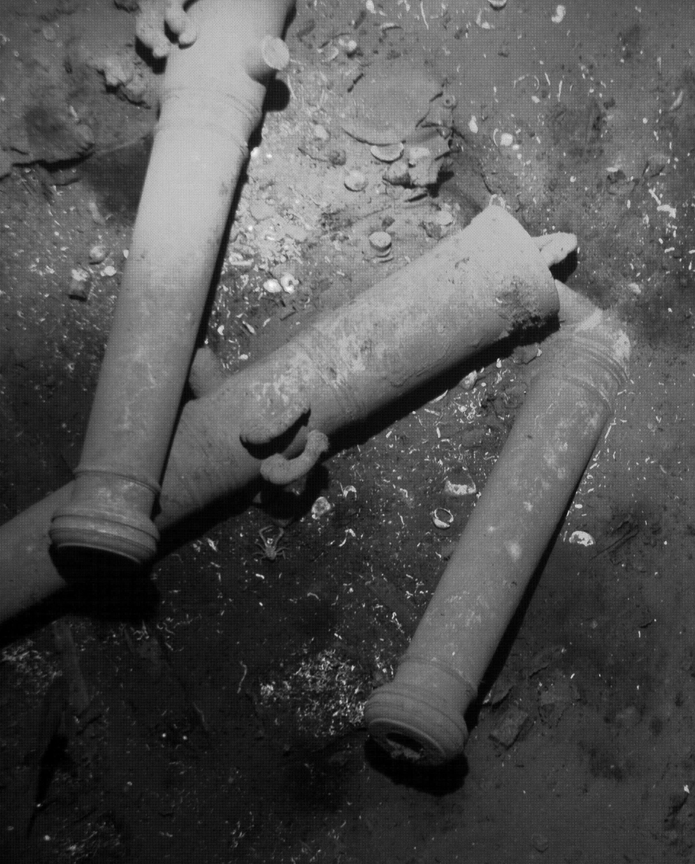 Kanonen der spanischen Galeone San José, die 1708 vor der kolumbianischen Küste versunken ist. Aufgrund von Wappen konnten Archäologen die Kanonen dem untergegangenen Schiff zuordnen. Es soll den größten Goldschatz der Welt enthalten.