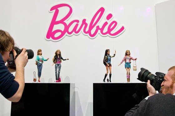 """Barbie-Schau auf der Spielwarenmesse in Nürnberg: Die neue Digital-Barbie """"Hello Barbie"""" kann nicht nur sprechen, sondern überträgt Gehörtes auch in eine Cloud. Damit kann sich alles abhören lassen, was im Kinderzimmer gesprochen wird."""