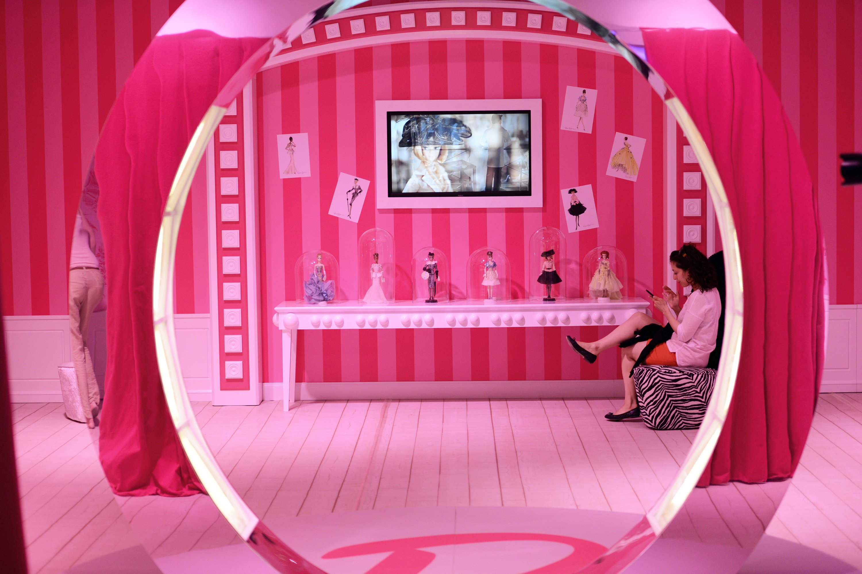 Schöne rosa Barbie-Welt: die Puppe, die Mädchenherzen höher schlägen lässt, kann sich jetzt auch mit ihnen unterhalten.