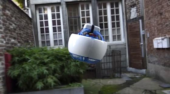 Achtung Drohne vor der Haustür. Aber eine spezielle, wie schon die Kugelform zeigt. Fleye kann man auch schon mal zu nah kommen. Denn die Hardware und die scharfkantigen Rotoren stecken in einem Gehäuse. Das schützt vor Verletzungen.