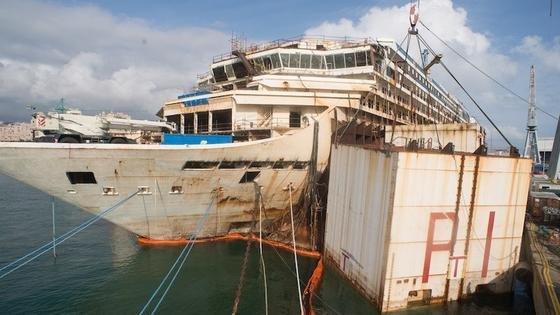 Das Wrack der Costa Concordia wird in Genua zerlegt. Etwa 15 Millionen Euro soll der Stahlschrott des ehemaligen Kreuzfahrtschiffs noch einbringen.