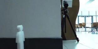 Überwachungskamera schaut um die Ecke