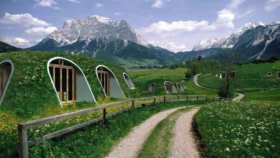 So grün kann Wohnen sein: Die Hobbit-Höhlen Green Magic Homes sind mit Rasen bepflanzt und werden dadurch eins mit der Landschaft.